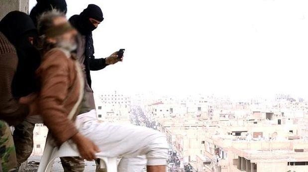 Estado Islámico arroja homosexuales desde lo alto de edificios