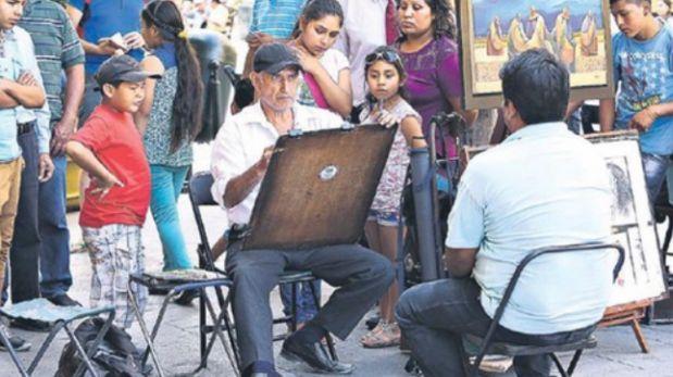 Los transeúntes se dejan envolver por el talento de artistas en el pasaje Santa Rosa. (Foto: Alessandro Currarino / El Comercio)