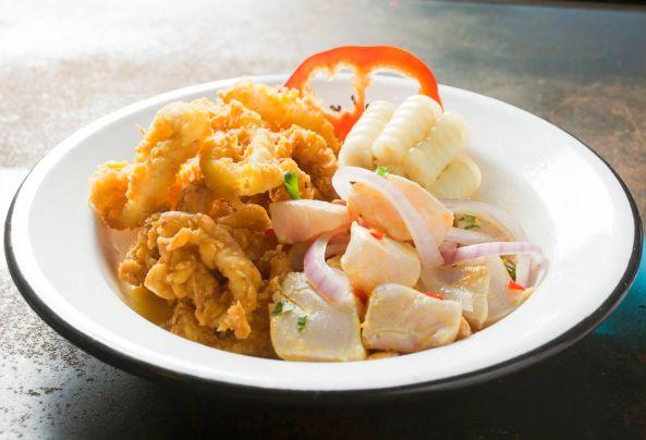 Prepara un súper combinado de chicharrón de calamares y cebiche