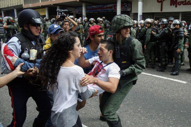 Un estudiante herido es auxiliado en San Cristóbal. (Reuters).