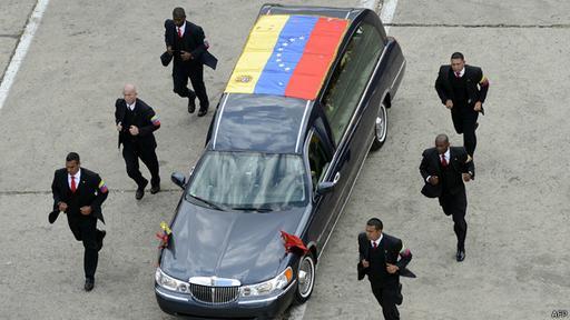 Escoltas acompañan el féretro del fallecido Hugo Chávez.
