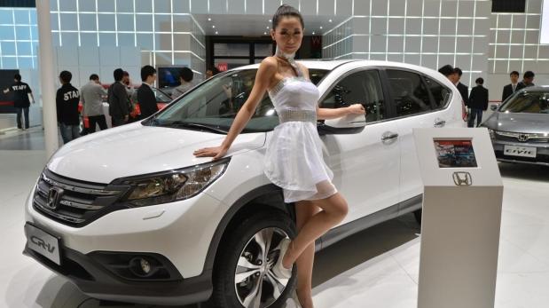 Las modelos acompañan a los autos en todos los salones del mundo. (Fotos: Difusión)