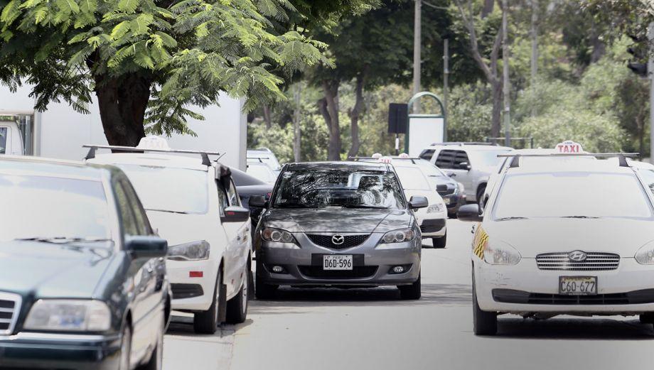 Falta de estacionamientos en San Borja afecta a miles de carros