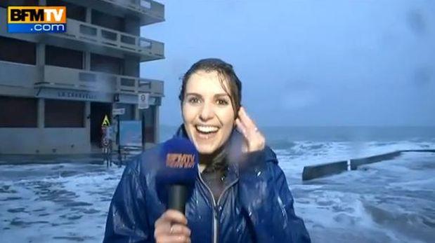 YouTube: ola arrastró a reportera durante transmisión en vivo