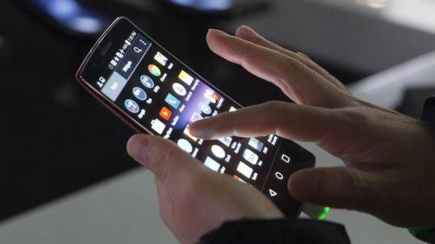 Para los ecommerce a nivel nacional existe una tendencia en promover la venta a través del dispositivo móvil. Para ello utilizan estrategias, como la de comunicación segmentada al púbico que navega través de móviles; ofertas exclusivas para compras a través de este móviles, e incluso el desarrollo de apps. (Foto: Reuters)