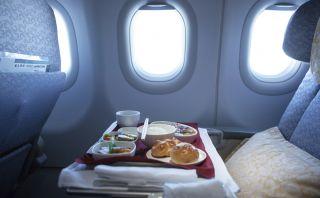 ¿Por qué la comida nos sabe diferente en los aviones?