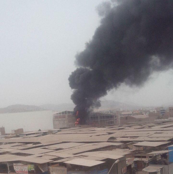 El incendio se pudo ver a kilómetros de distancia en Puente Piedra. (WhatsApp / El Comercio)