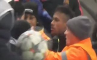 Neymar encaró a hincha del City que lo acusó de fingir (VIDEO)