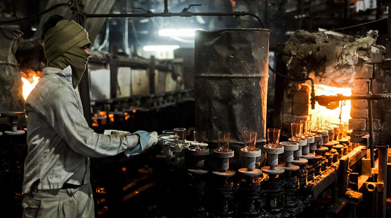As se trabaja en una f brica de vidrio en la india foto - Fabricas de cristal en espana ...