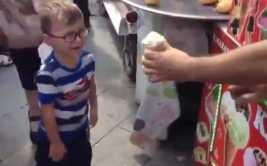 YouTube: heladero se burla y hace sufrir a niño por diversión