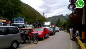 WhatsApp: huaicos bloquean paso en carretera Belaunde Terry