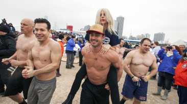 Lady Gaga y su prometido se dan baño helado por una buena causa