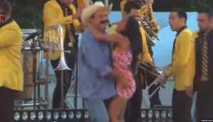 Alcalde que 'robó poquito' levanta vestido a una joven en baile