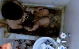 YouTube: sujeto se cubrió en mentos y se bañó en Coca Cola