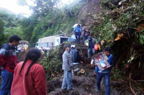 Turistas que iban al Manu quedaron varados por colapso de vía