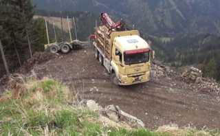 YouTube: Camión hace temeraria maniobra en abismo de los Alpes