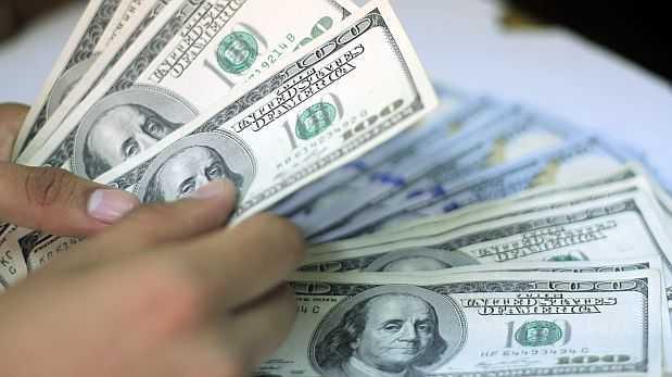 El dólar retrocede con fuerza en el mercado internacional