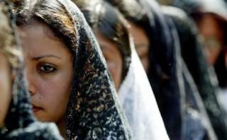 Prohíben a mujeres ir a procesiones con escote y falda corta