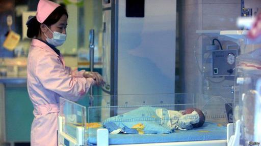 Los bebés rescatados son enviados a hospitales para comprobar su estado de salud.
