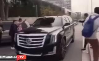 YouTube: Lionel Messi casi arrolla hinchas con su auto (VIDEO)