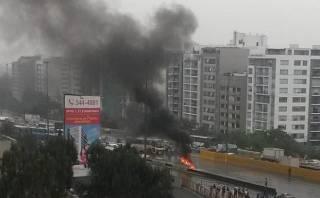 Incendio de carro en cruce de Av. Primavera y Panamericana Sur