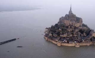 """La """"marea del siglo"""" convierte una ciudad medieval en isla"""