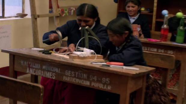 Niñas bolivianas crean brazo hidráulico