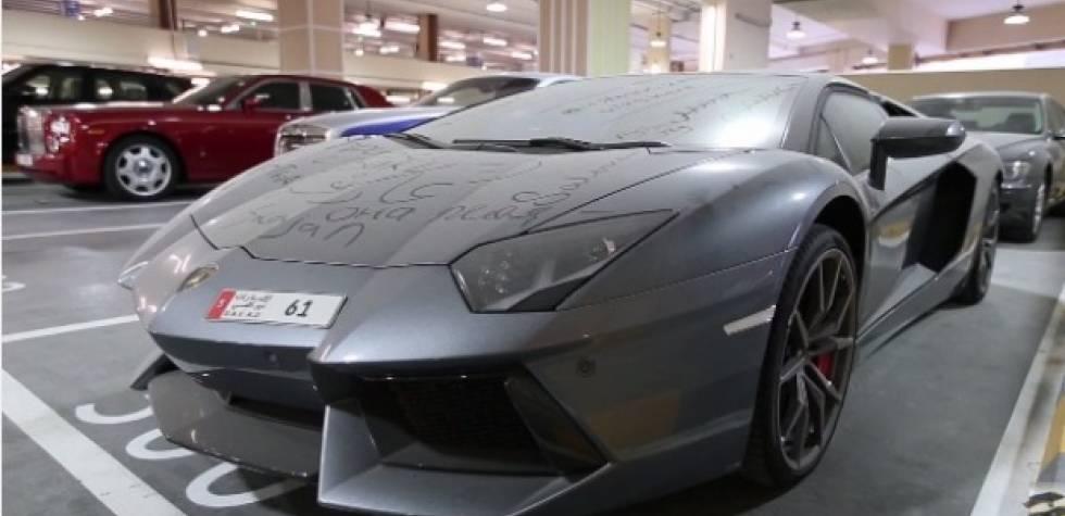 YouTube: Un Lamborghini abandonado en un estacionamiento