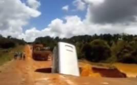 YouTube: autobús es 'tragado' por hueco y arrastrado por río