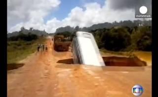 YouTube: Bus se cae a un hueco y se lo lleva el río