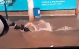 YouTube: hombre en moto casi muere tragado con por alcantarilla