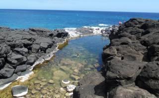 Esta hermosa piscina natural está ubicada junto al mar de Hawái