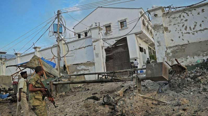 Al menos 10 personas murieron en el ataque de los militantes somalíes shebab, aliados con Al Qaeda, perpetrado este viernes contra un hotel de Mogadiscio. (AFP)