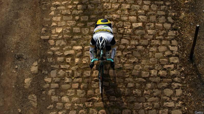Algunos ciclistas prefieren las altas montañas y otros la lucha contra el reloj. Pero lejos de las grandes vueltas, hay un mundo de adoquines, barro y muchas caídas. (Foto: Getty Images)