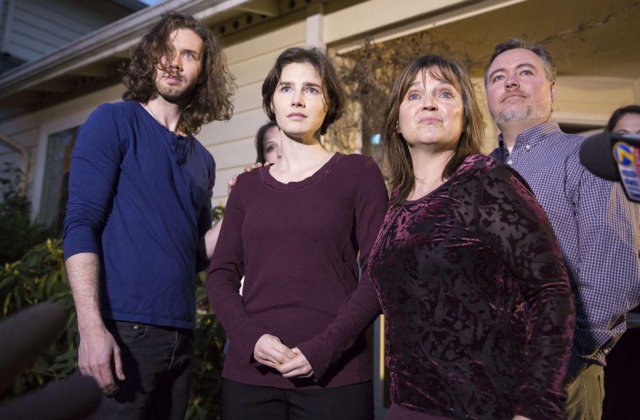 Amanda Knox, su ex novio, Raffaele Sollecito, y su madre (Reuters)