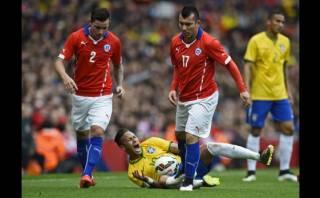 Neymar recibió pisotón desleal de Medel que no fue ni amarilla