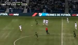 Crack burló a dos rivales con una excepcional jugada (VIDEO)