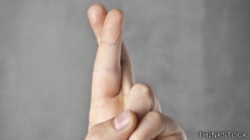 El estudio demostró que cruzar el dedo medio sobre el índice alivia la sensación de dolor.