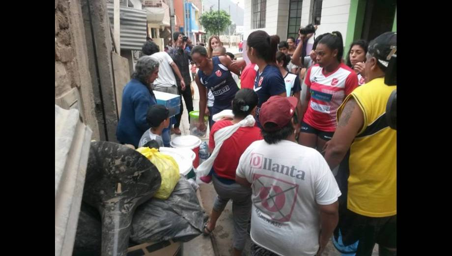Selección de vóley ayuda a damnificados en Chosica (FOTOS)