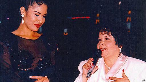 Yolanda Saldívar (dcha.) mató a Selena de un disparo durante una discusión.