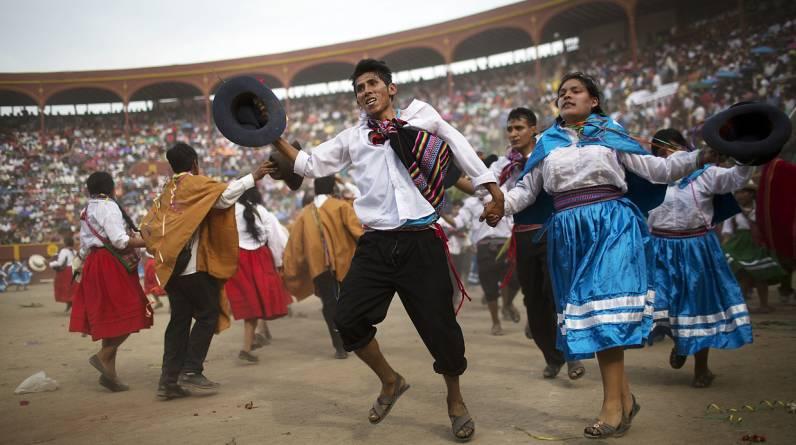 El festival de la danza Vencedores de Ayacucho se trasladó el pasado domingo a la plaza de Acho, en Lima. La competencia de baile duró un día y fue la culminación de las celebraciones previas a la pascua celebrada en las comunidades andinas. El evento también se celebra en la capital peruana, puesto que hasta ahí llegaron migrantes escapando de la violencia de décadas pasadas. (AP / Rodrigo Abd)