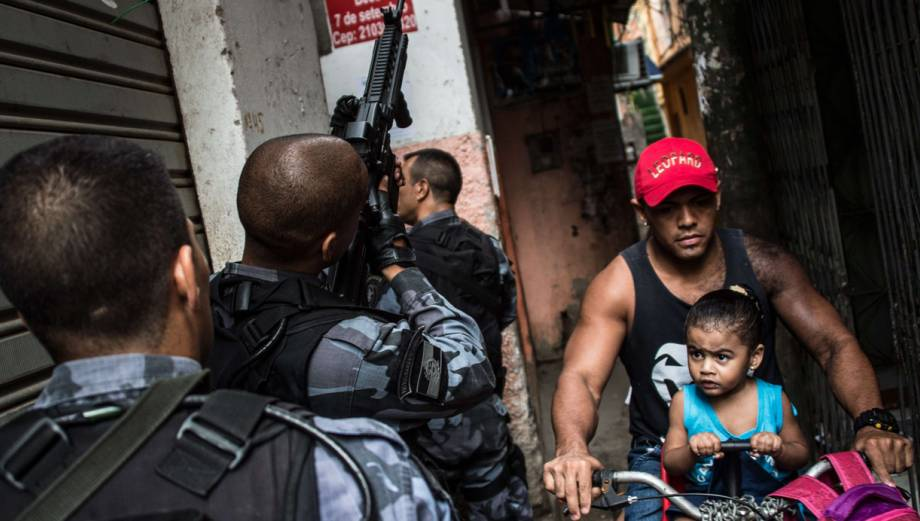 Brasil: La policía reemplaza a militares en favelas de Río