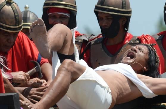 Suplicio de la cruz y flagelación en Viernes Santo de Filipinas