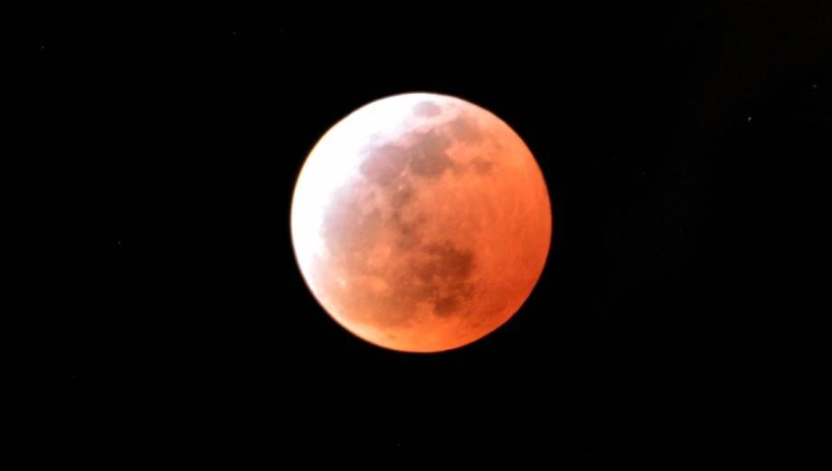 """El eclipse más fugaz en un siglo tiñó la """"luna de sangre"""""""
