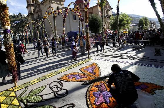 Orgullo tarmeño: El arte de los arcos y alfombras florales