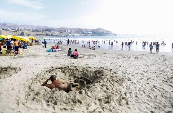 Limeños despidieron la Semana Santa en playa Agua Dulce [FOTOS]