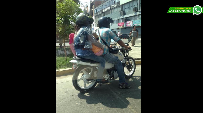 Mujer llevaba a niña en el pecho dándole de lactar mientras la moto iba a velocidad, señaló usuario (Foto:WhatsApp/El Comercio)