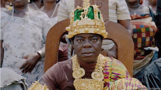 Su padre y hermano mayor no pudieron ser reyes por ser zurdos, señal de deshonestidad para la etnia.