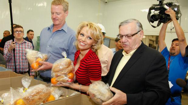 Pamela Anderson inspecciona los alimentos de la cárcel.