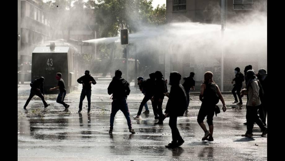 Chile: Encapuchados desatan violencia en marcha de estudiantes